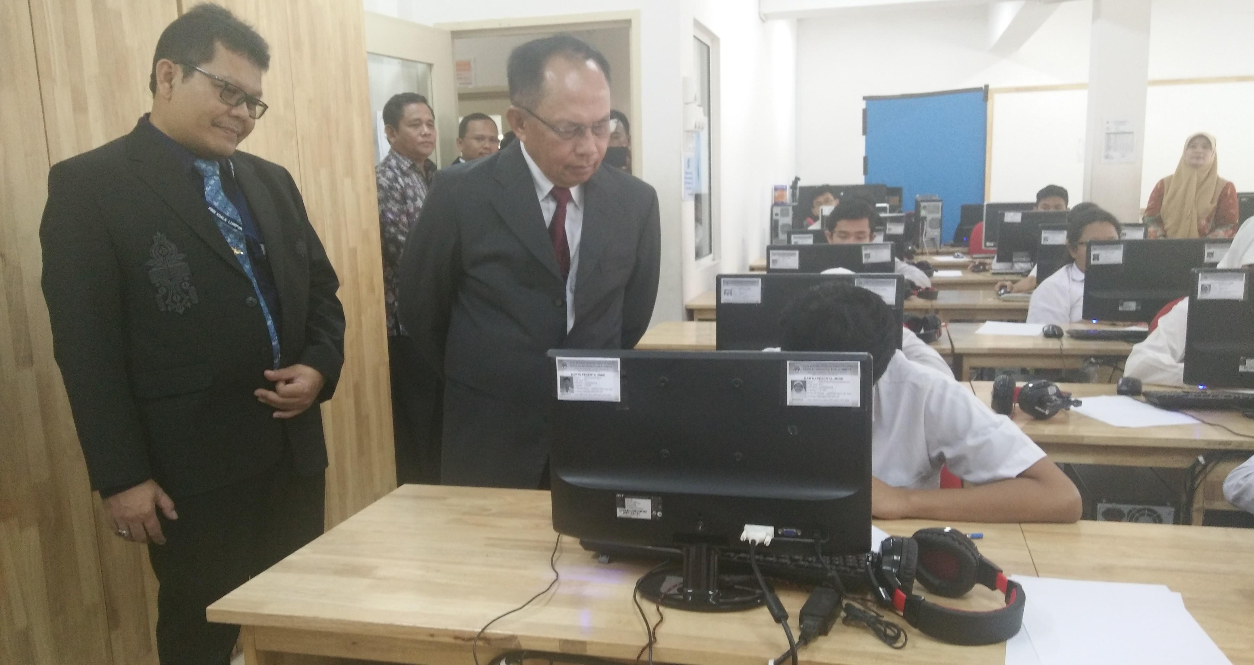 Dubes Herman Prayitno Tinjau Pelaksaan UNBK di SIKL